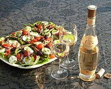 Salade niçoise met Provençaalseroséwijn.