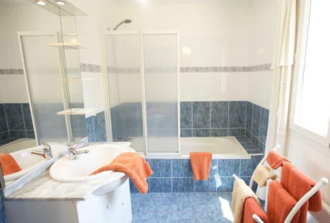 Badkamer boven met ligbad IMG_0704