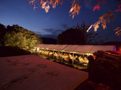 trouwen tent 's avonds
