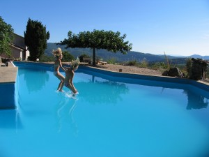 rust en actie rond het zwembad